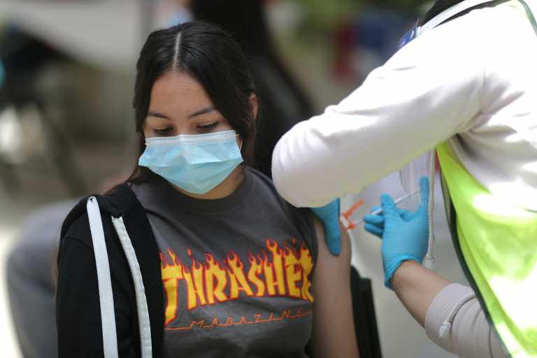 «Προνόμια» για εμβολιασμένους: Τι προβλέπει το γαλλικό μοντέλο που θα εφαρμοστεί και στην Ελλάδα
