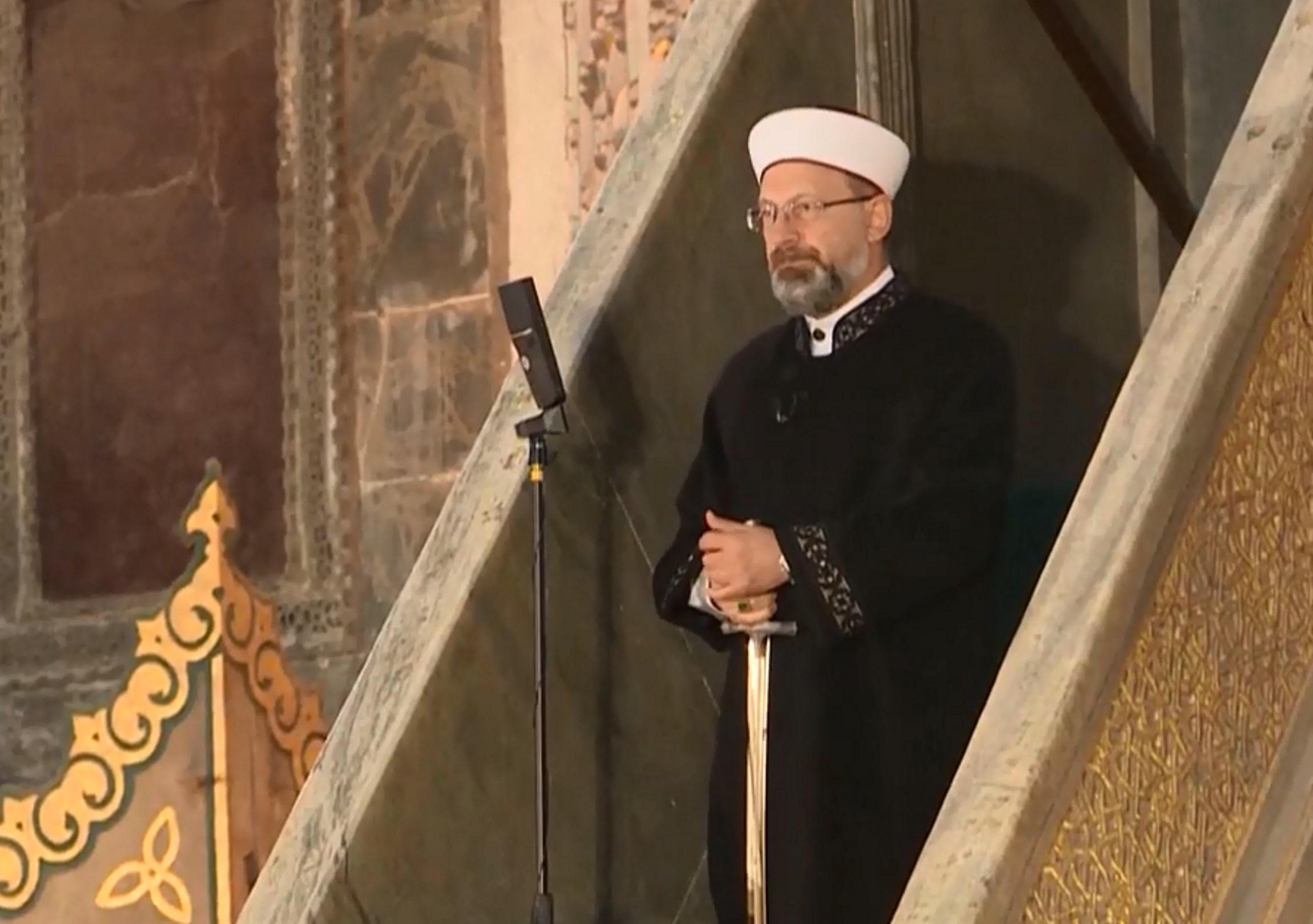 Αγία Σοφιά: Κατακλύστηκε από μουσουλμάνους για το Μπαϊράμι – Ο Ιμάμης με το σπαθί του κατακτητή (pics, vid)