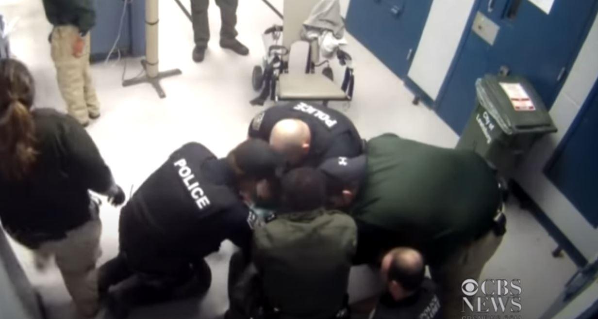 Εικόνες σοκ: Αστυνομικοί επιχειρούν να τον ακινητοποιήσουν και πεθαίνει λίγα λεπτά αργότερα από ασφυξία (vid)
