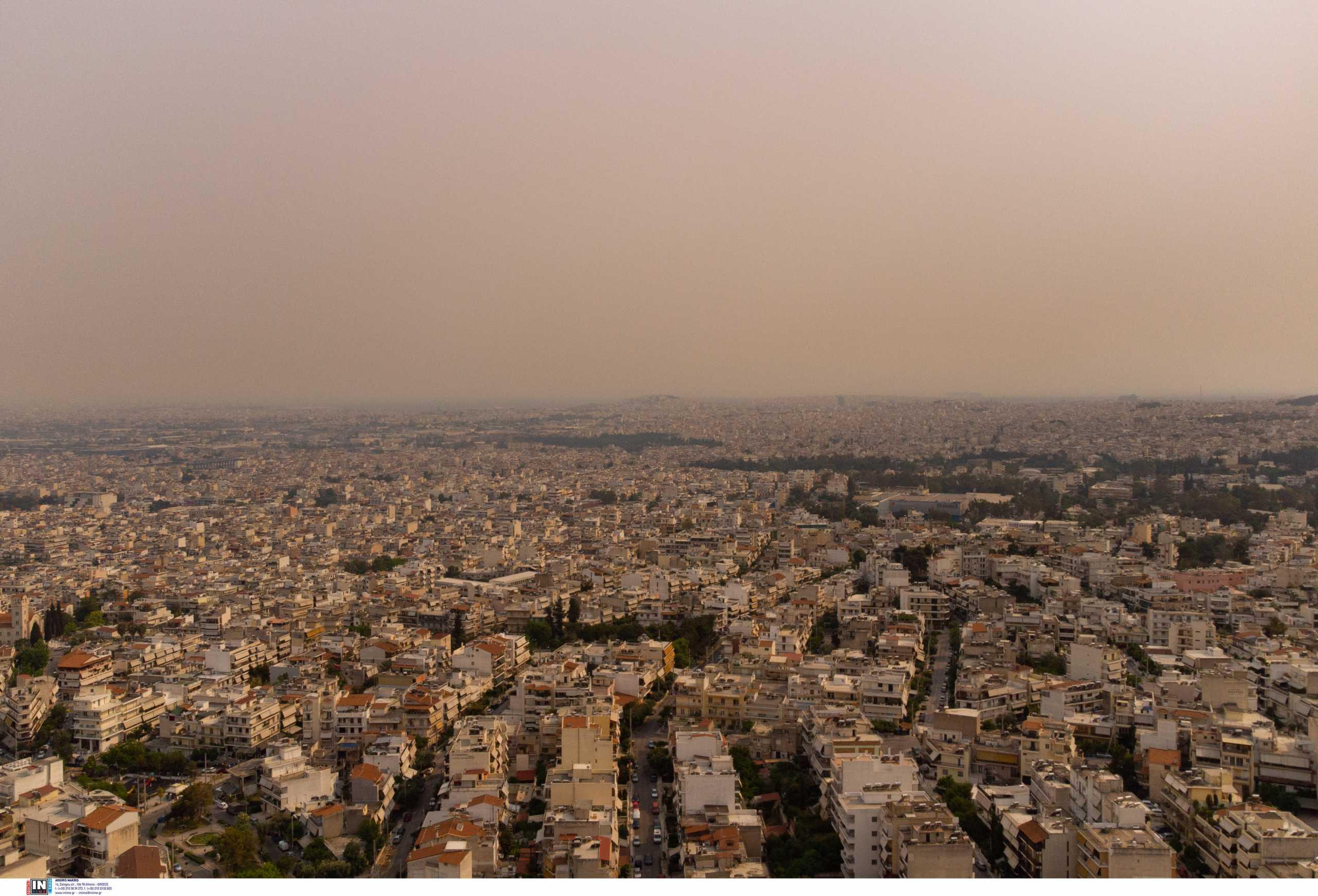 Φωτιά στα Γεράνεια Όρη: «Πνίγηκαν» στην ατμοσφαιρική ρύπανση τα προάστια της Αθήνας