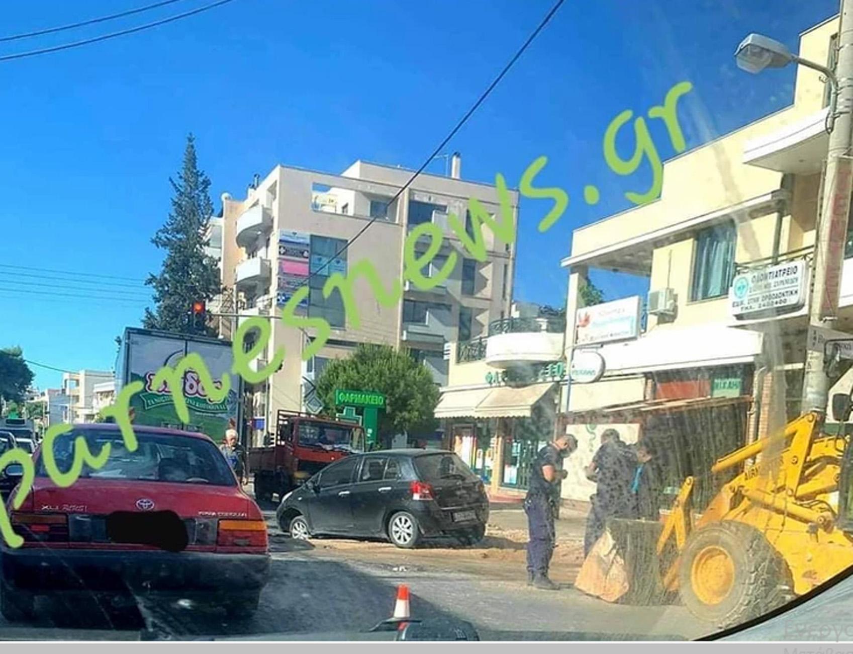 Ο δρόμος κατάπιε ένα αυτοκίνητο στη Λεωφόρο Πάρνηθας (pics)