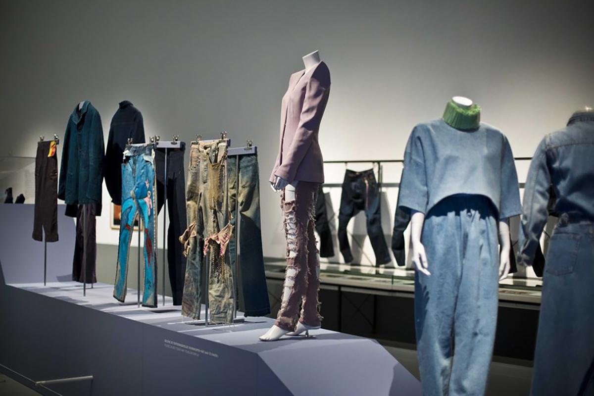 Δες πως μπορείς να φορέσεις ένα τζιν πουκάμισο – 5 τρόποι