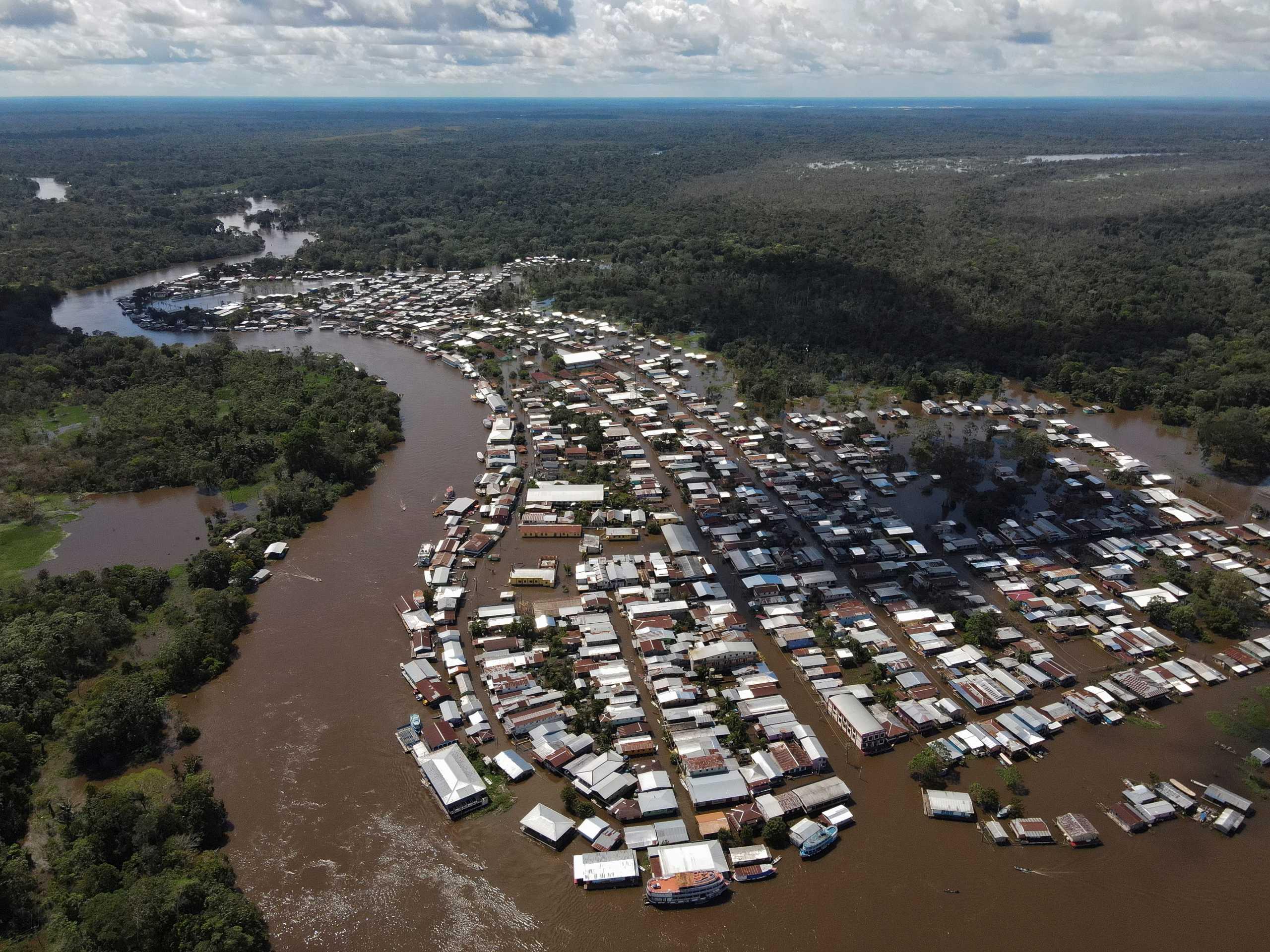 Καταστροφικές πλημμύρες στο Μανάους – Πάνω από 400.000 άνθρωποι έμειναν άστεγοι (pics)