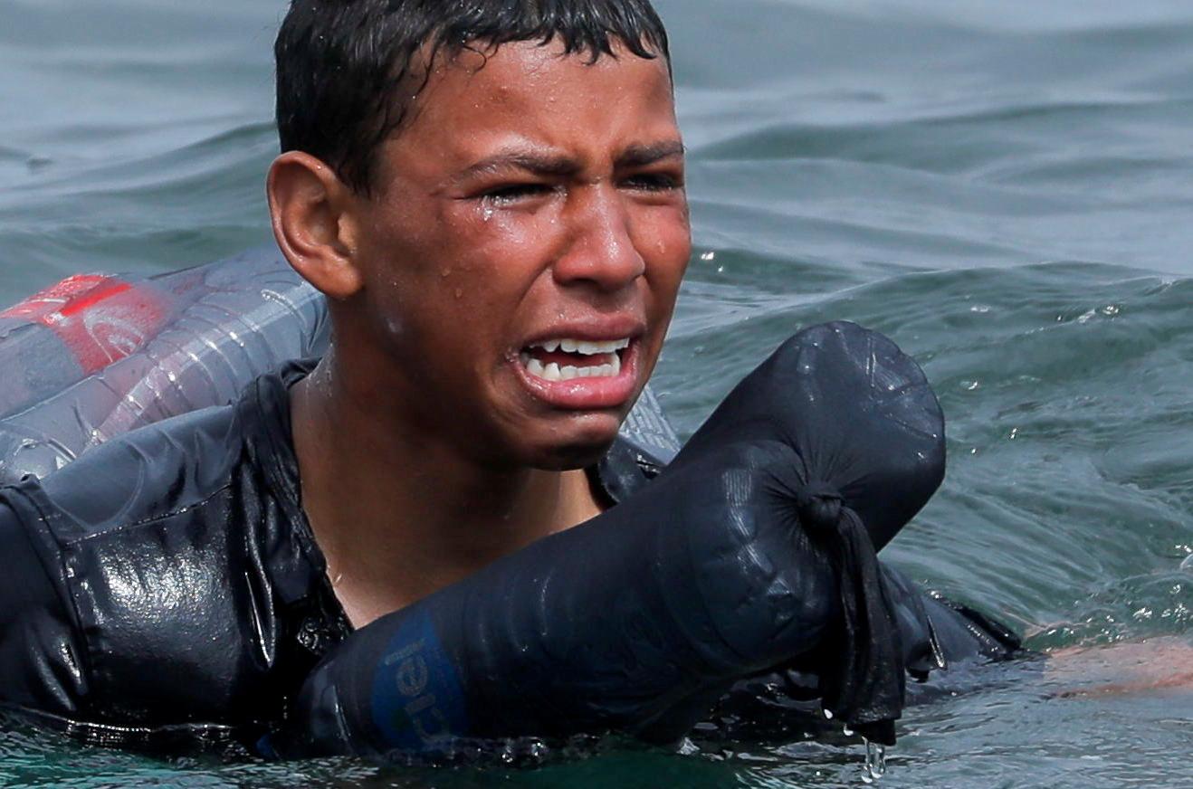 Όταν η ζωή σου κρέμεται από λίγα πλαστικά μπουκάλια – Γροθιά στο στομάχι η εικόνα νεαρού πρόσφυγα στο Μαρόκο