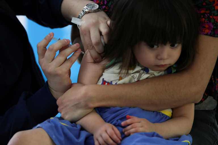 Εμβόλιο Covid-19: Οφέλη και διλήμματα για τον εμβολιασμό στα παιδιά – Τι έδειξαν οι μελέτες