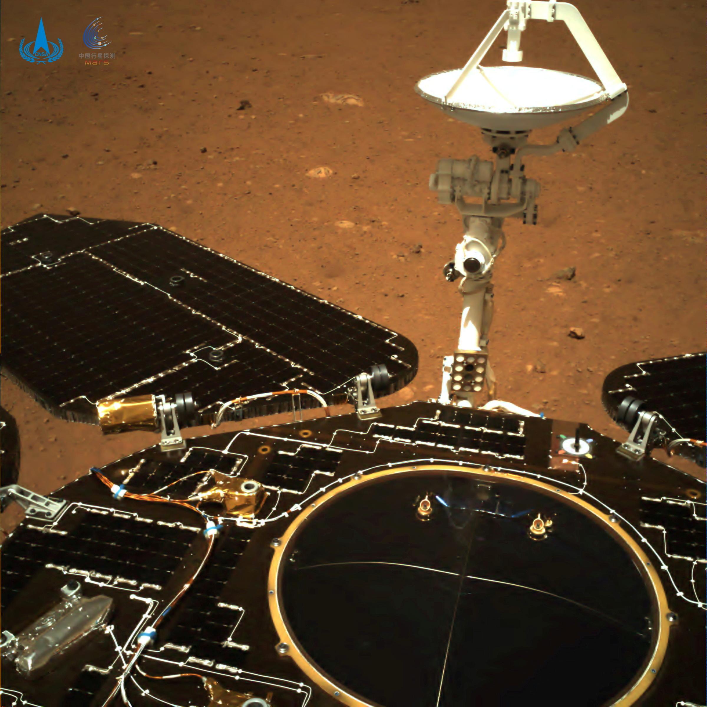 Το κινέζικο «Ζουρόνγκ» πάτησε στον πλανήτη Άρη – Εντυπωσιακές εικόνες
