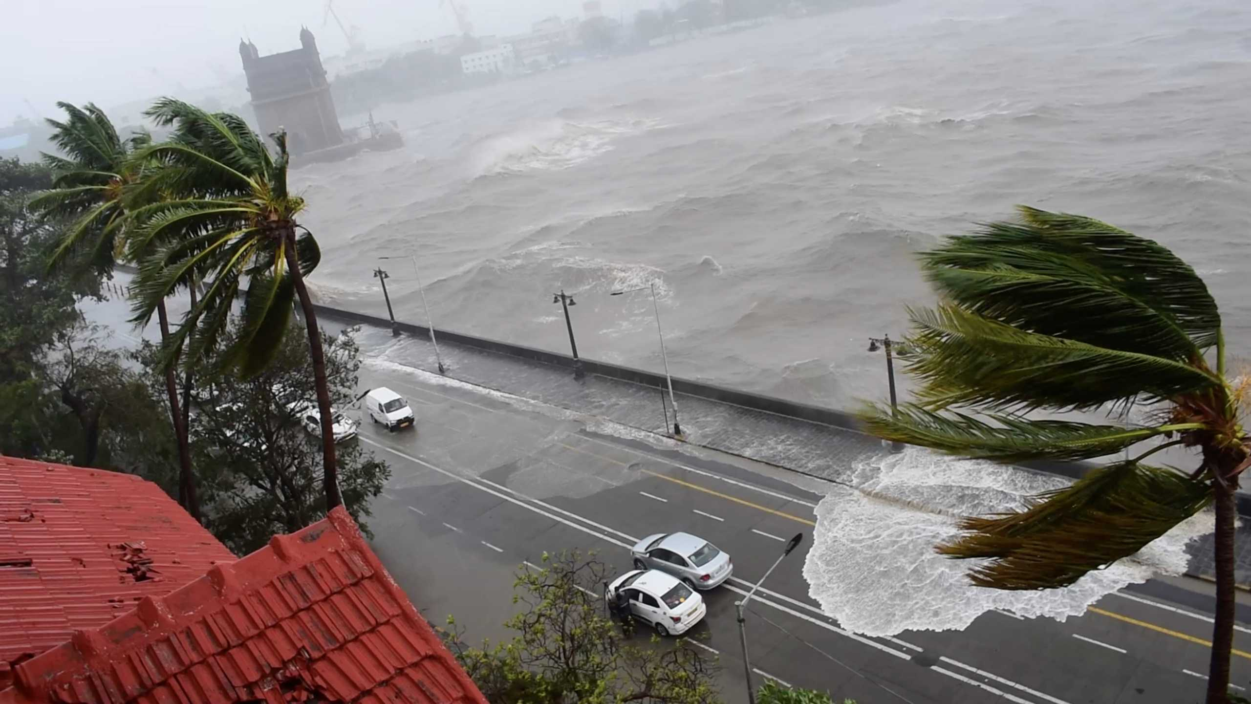 Ινδία: Συνεχίζει το σφυροκόπημα ο κυκλώνας Tauktae – Εγκαταλείπουν τα νοσοκομεία ασθενείς με κορονοϊό
