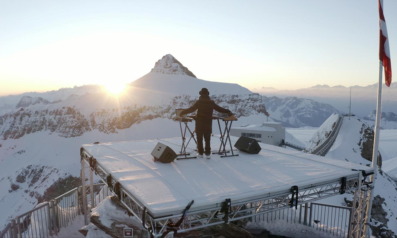 Ο DJ που έπαιξε μουσική με θέα τις Άλπεις κι ένα διπλό ουράνιο τόξο
