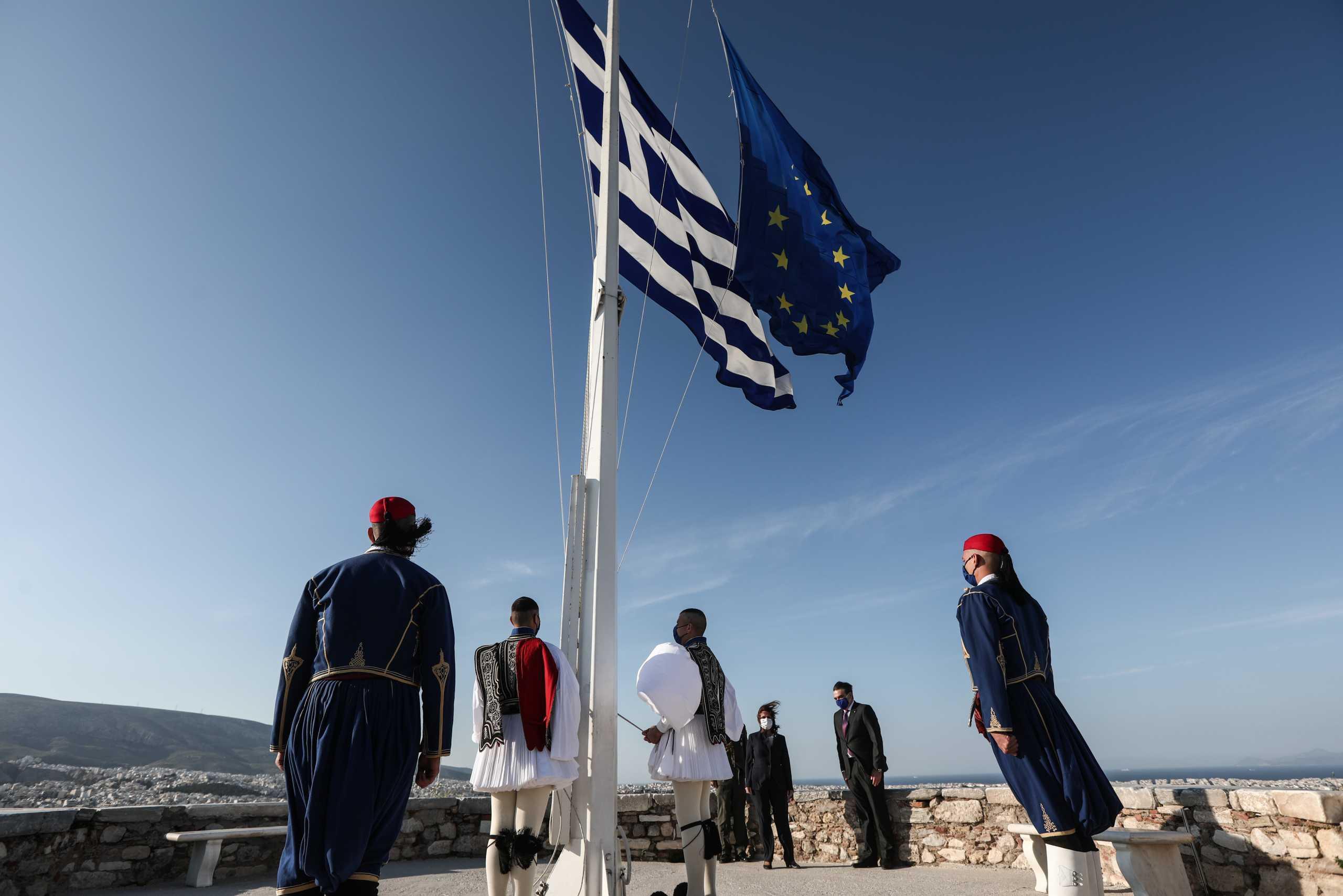 Ημέρα της Ευρώπης: Έπαρση της ελληνικής σημαίας και της σημαίας της ΕΕ στην Ακρόπολη (pics)