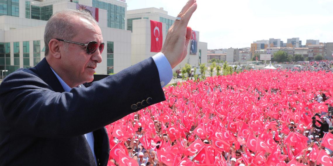Δημοσκοπική καθίζηση για τον κυβερνητικό συνασπισμό του Ερντογάν – Αχίλλειος πτέρνα η οικονομία