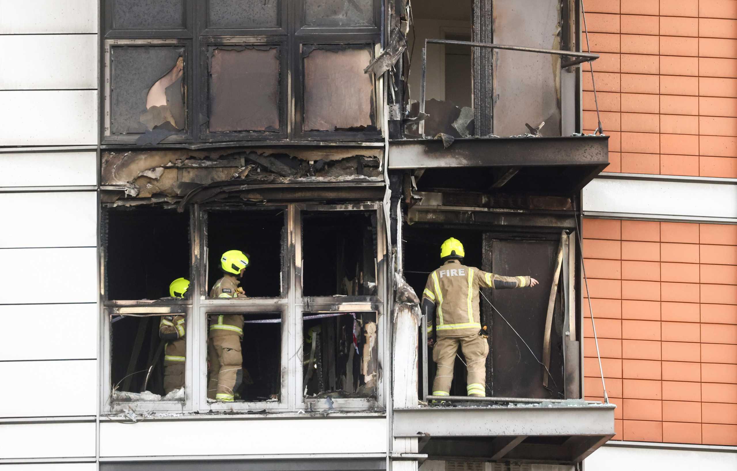 Μεγάλη φωτιά σε πολυώροφο κτίριο στο Λονδίνο – Ξύπνησαν μνήμες από το Γκρένφελ (pics, vids)