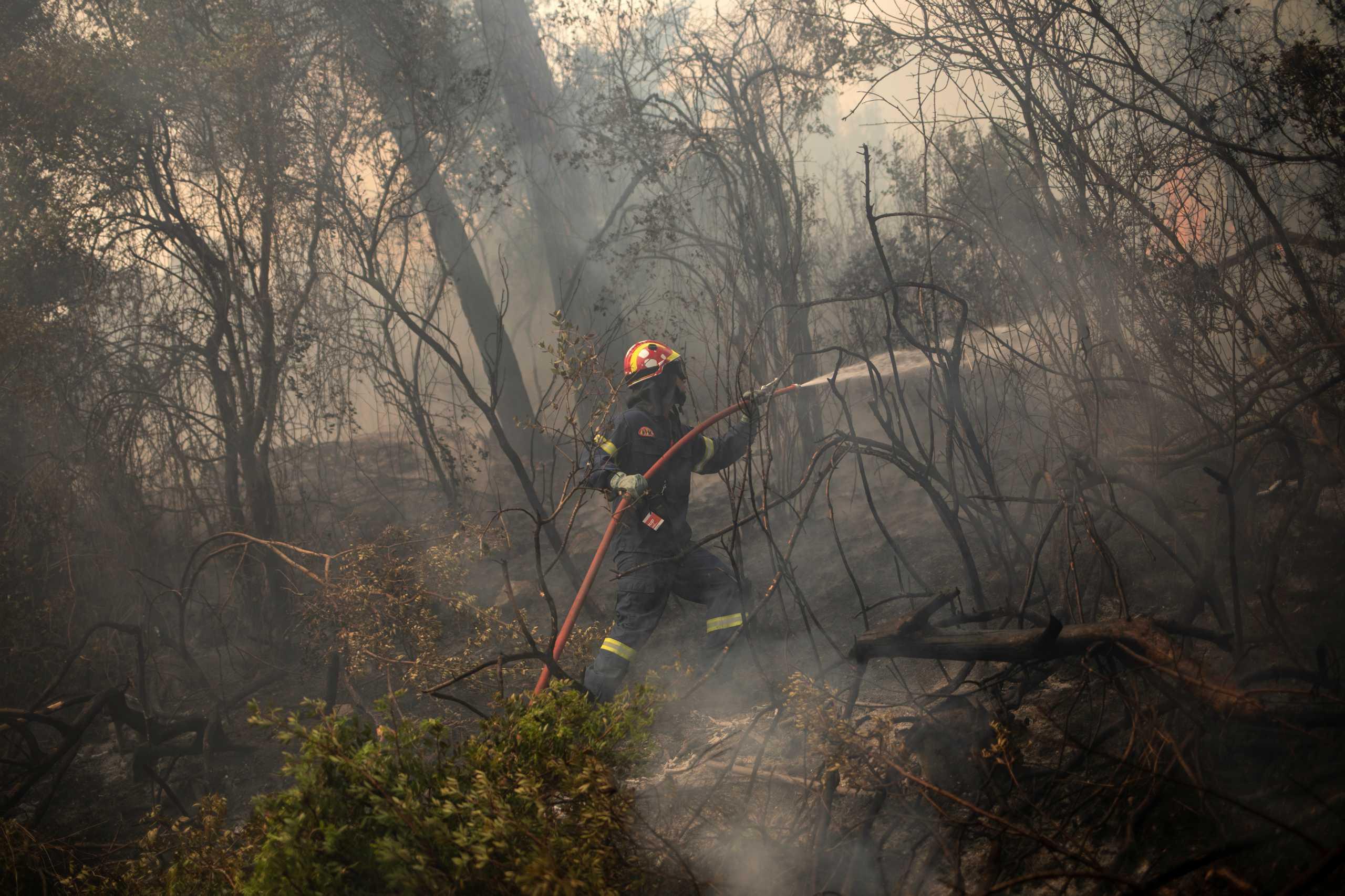 Φωτιά στην Κορινθία: Όλες οι ελπίδες στα εναέρια μέσα για να ανακοπεί η πύρινη λαίλαπα