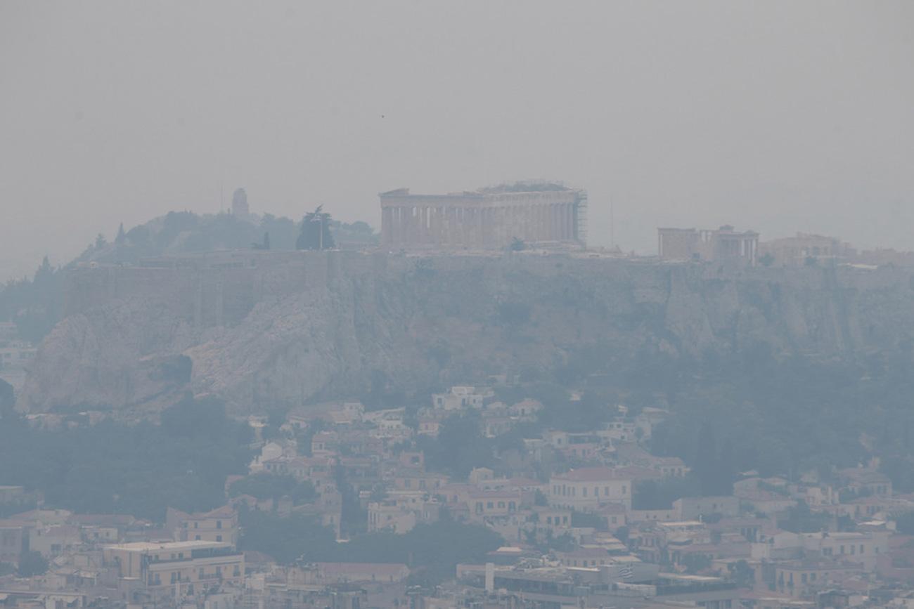 Ο καπνός από τη φωτιά στην Κορινθία «έκρυψε» την Ακρόπολη και «έπνιξε» την Αττική (pics)