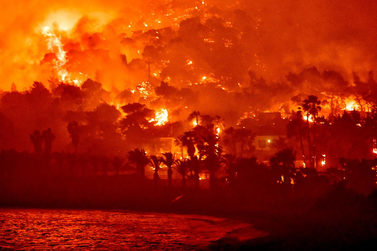 Φωτιά στον Σχίνο: «Είπαμε ο Θεός να μας φυλάξει και φύγαμε από τα σπίτια μας» – Ο Πρόεδρος της κοινότητας στο newsit.gr