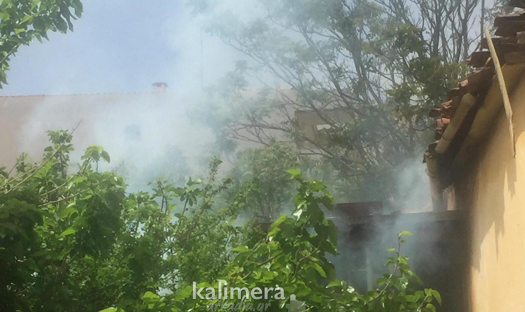 Φωτιά σε εγκαταλελειμμένο σπίτι στην Τρίπολη – Μεγάλη επιχείρηση της πυροσβεστικής (pics)