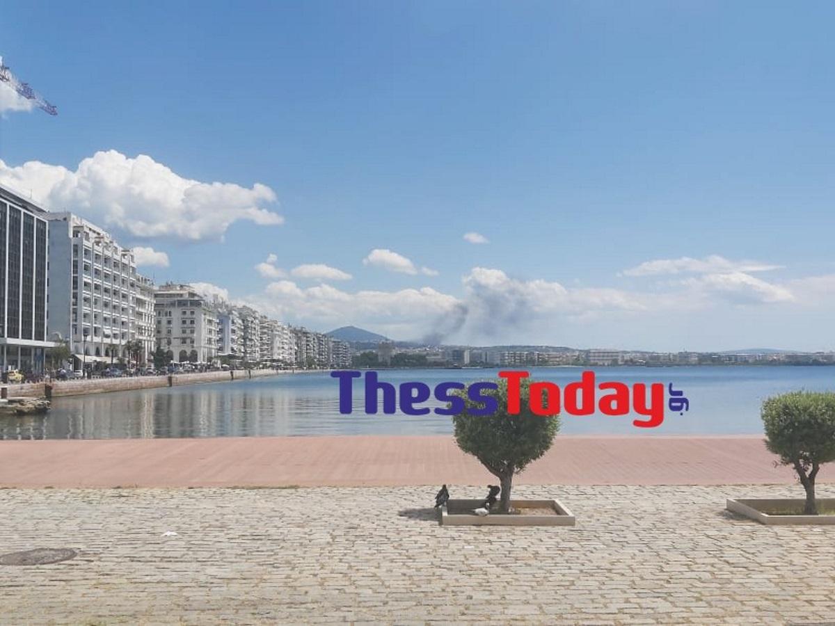 Θεσσαλονίκη: Φωτιά σε μονοκατοικία στην Πυλαία – Ορατοί οι καπνοί μέχρι το κέντρο