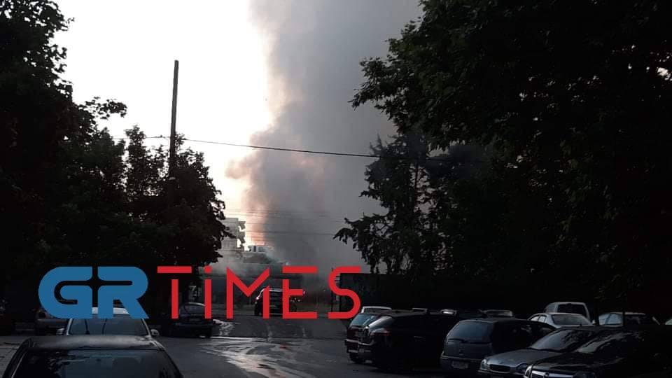 Μεγάλη φωτιά στη Θεσσαλονίκη, σε βαγόνια μέσα στην πόλη (pics, video)