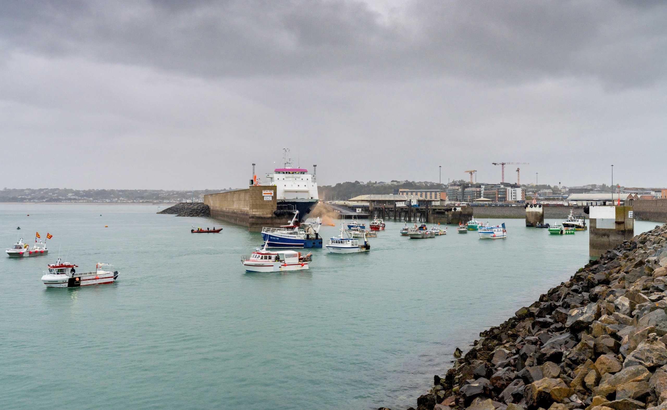 «Πολεμικό» σκηνικό στη Μάγχη: Γάλλοι ψαράδες απέκλεισαν λιμάνι – Στο Τζέρσεϊ βρετανικά πολεμικά (pics, vids)