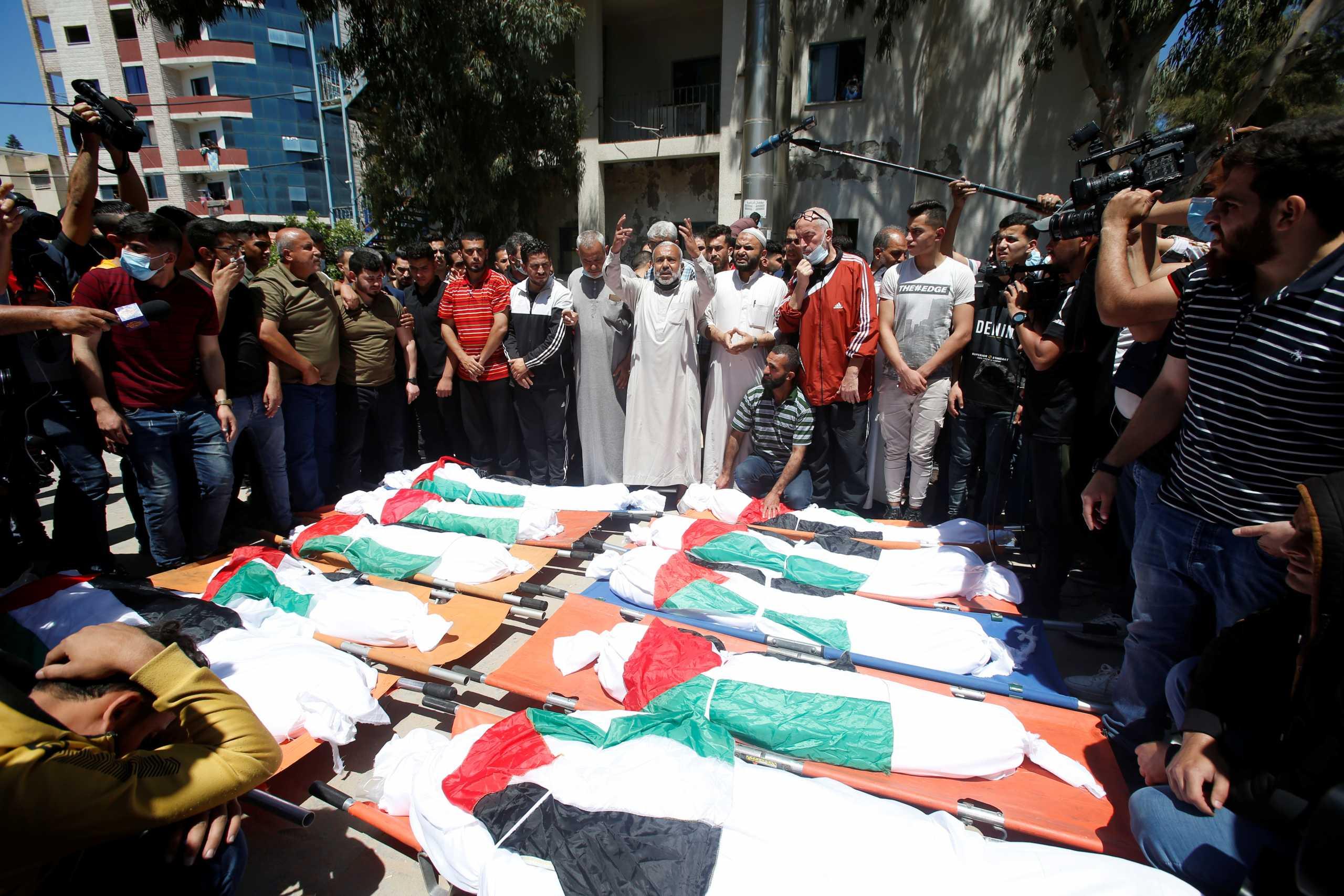 Λωρίδα της Γάζας: Σπαραγμός στην κηδεία της 10μελούς οικογένειας που ξεκληρίστηκε (pics)
