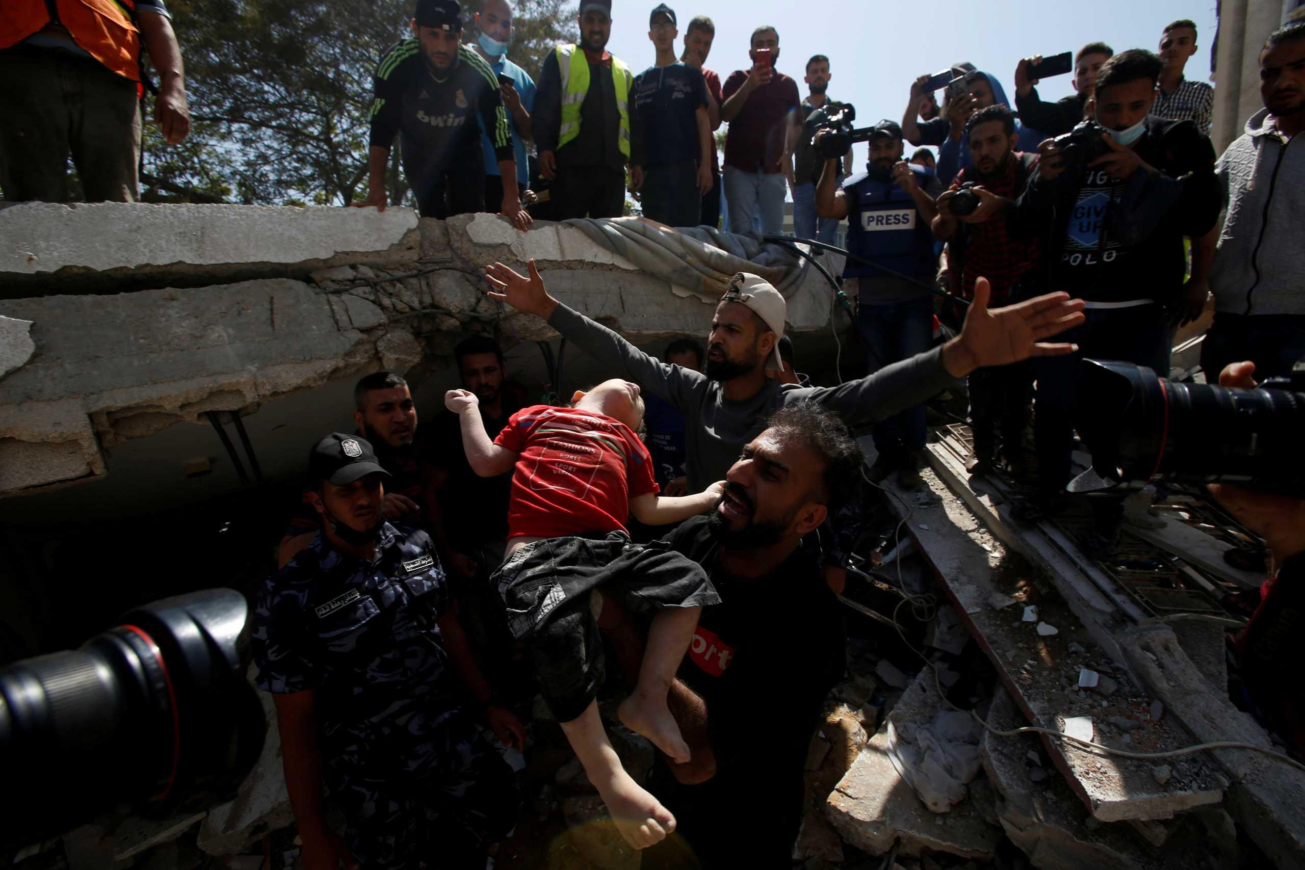 Λωρίδα της Γάζας: Άλλοι 26 Παλαιστίνιοι νεκροί – Συγκλονιστικές εικόνες με νεκρό κοριτσάκι στα χαλάσματα (pics)