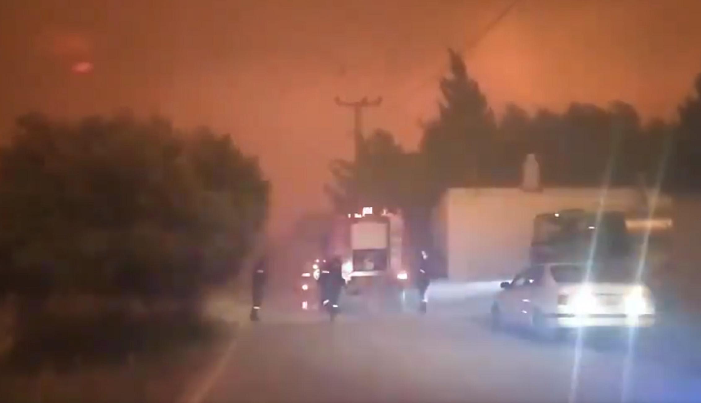 Φωτιά στα Γεράνεια Όρη: Οι στιγμές τρόμου για πυροσβέστες και πολίτες που περικυκλώθηκαν από τις φλόγες (video)