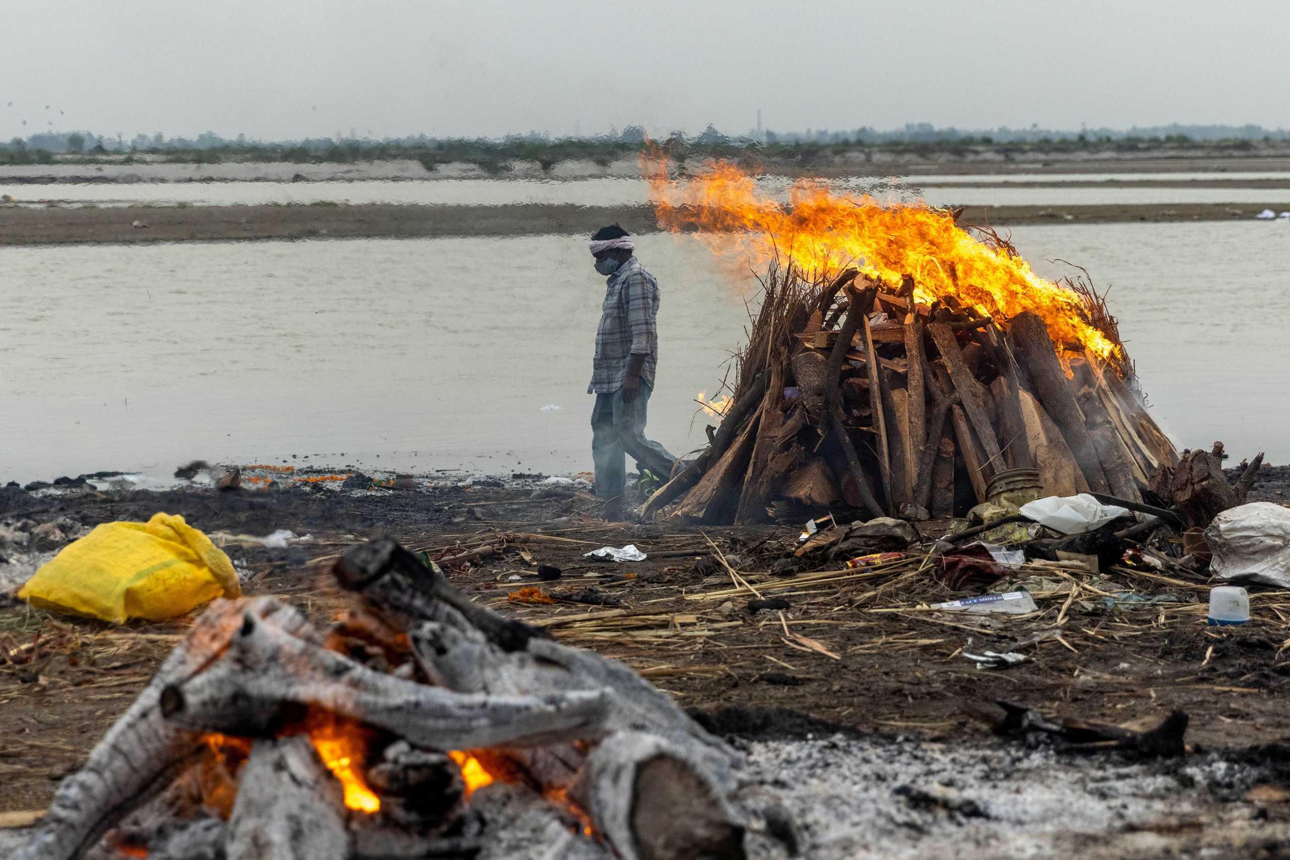 Ινδία: Επιβεβαιώθηκε η φρίκη! Ο Γάγγης ξεβράζει πτώματα ασθενών κορονοϊού