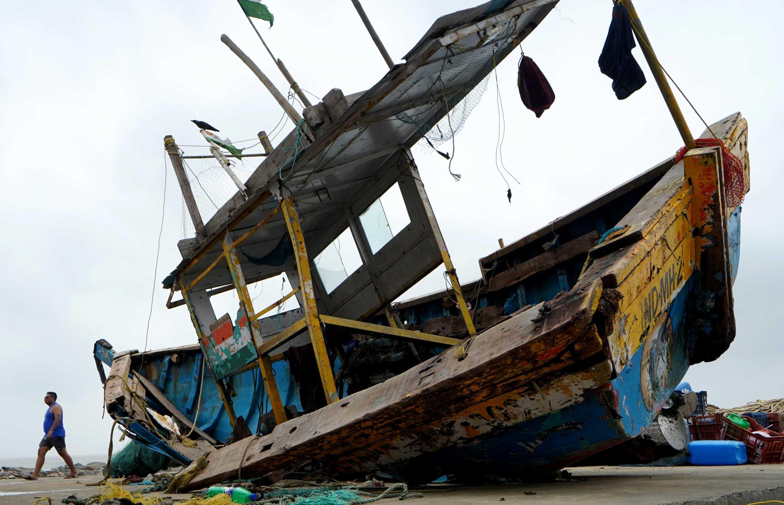 Ινδία: Αγνοούνται ακόμα 77 άνθρωποι από το ναυάγιο στην Βομβάη (pics)