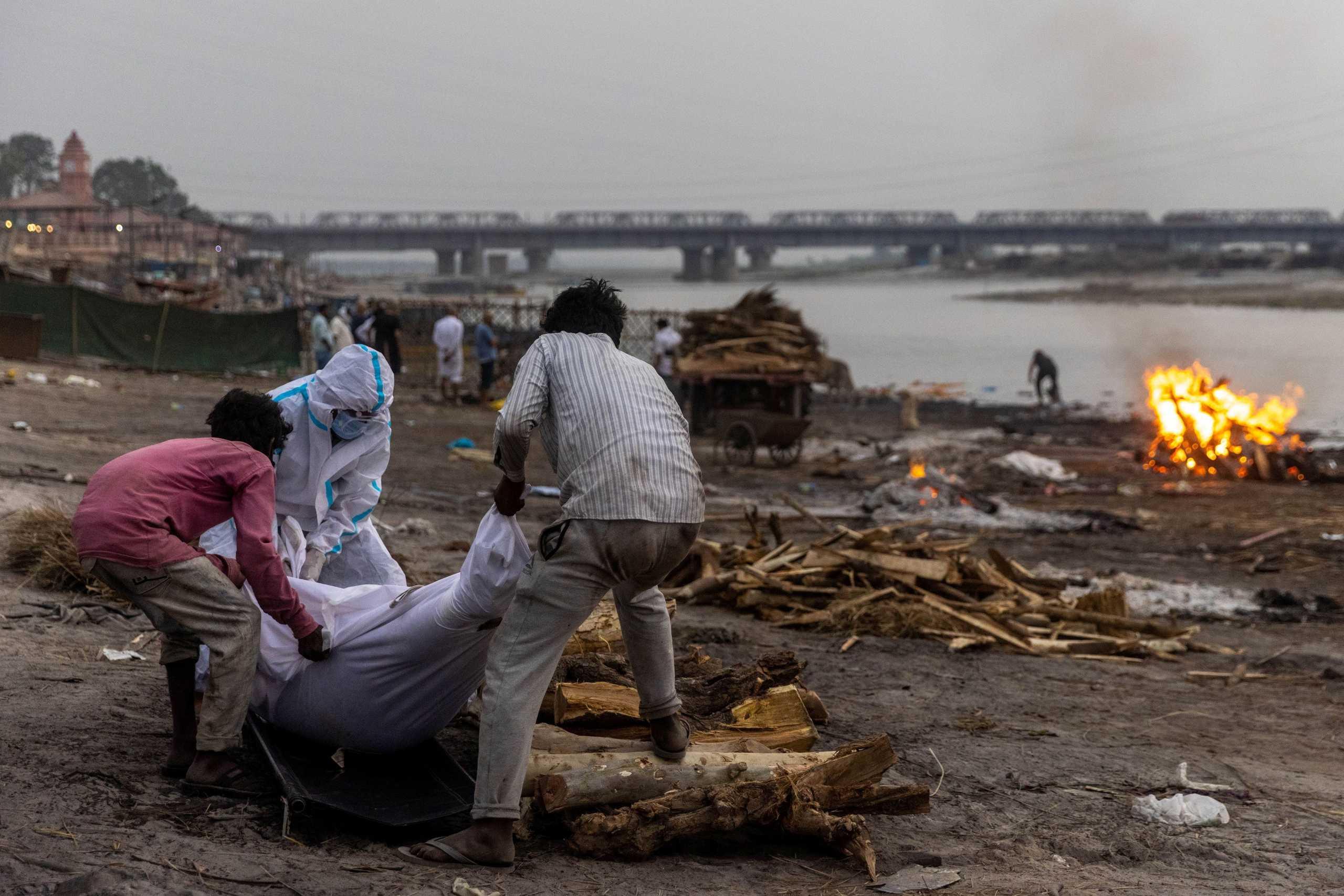 Ο κορονοϊός συνεχίζει να ισοπεδώνει την Ινδία: Νέα ρεκόρ κρουσμάτων σε ένα 24ωρο