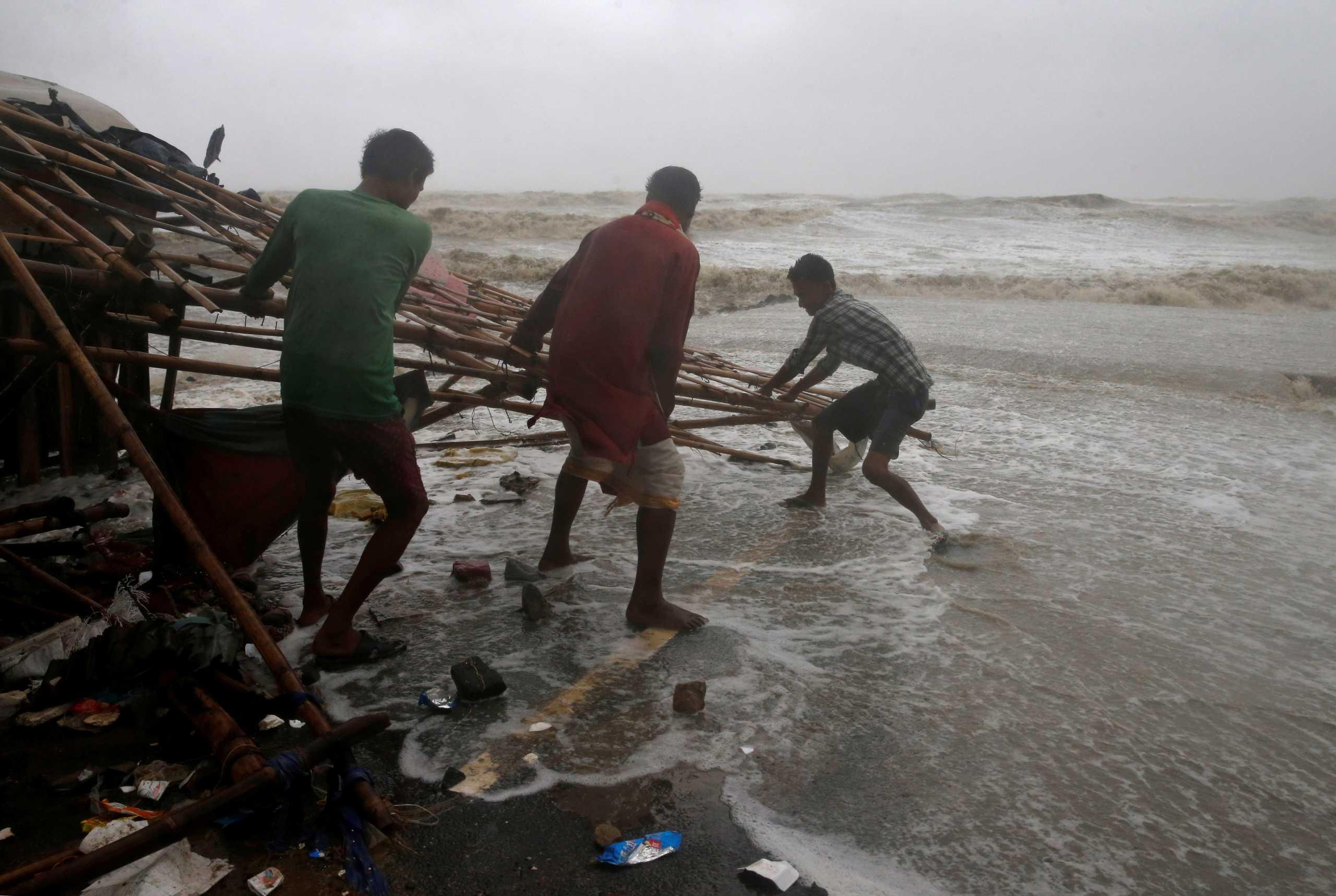 Κυκλώνας «σαρώνει» την ανατολική Ινδία – Πάνω από 1 εκατ. άνθρωποι εγκατέλειψαν τα σπίτια τους (pics, vids)