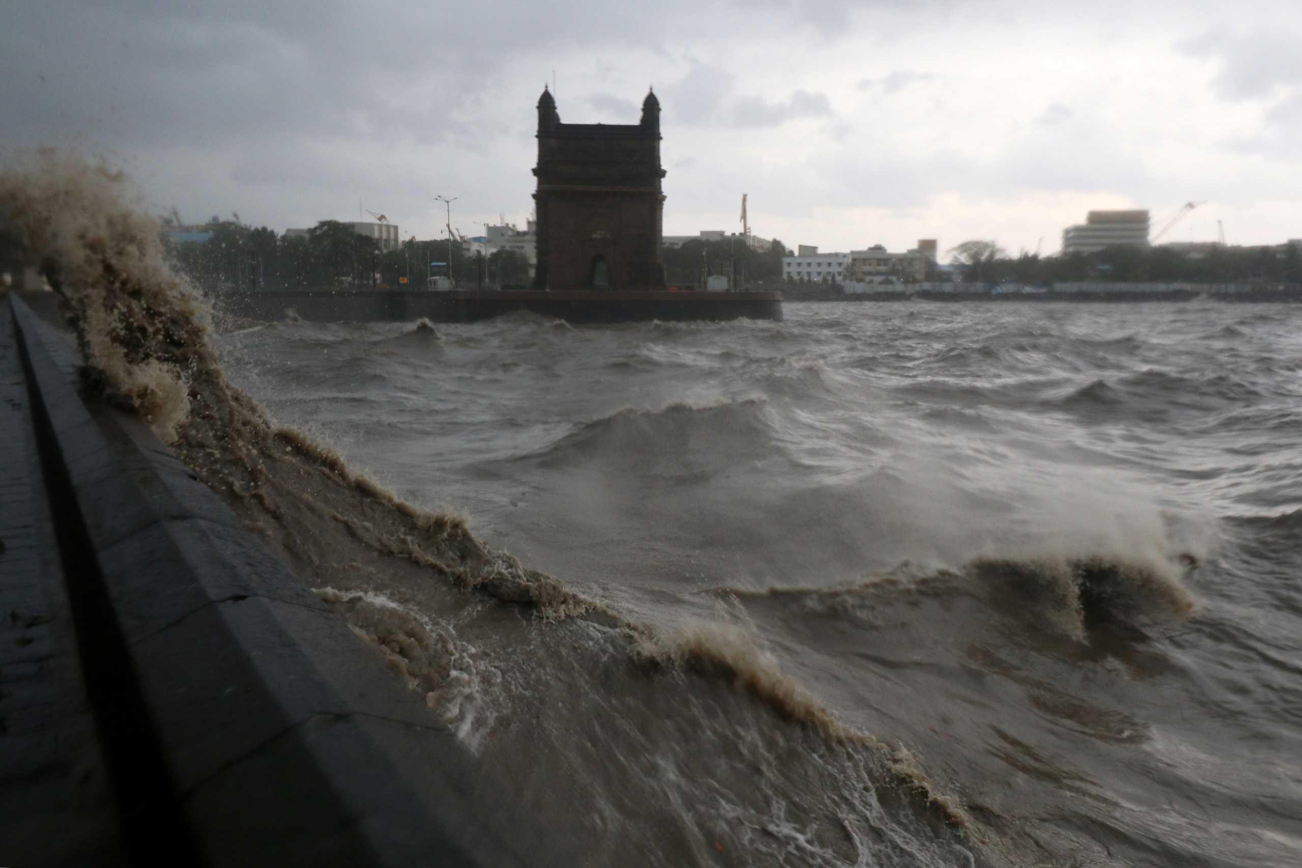 Σαρώνει την Ινδία ο κυκλώνας Ταουκτάε: Πάνω από 120 άνθρωποι αγνοούνται σε ναυάγιο (pics, vids)