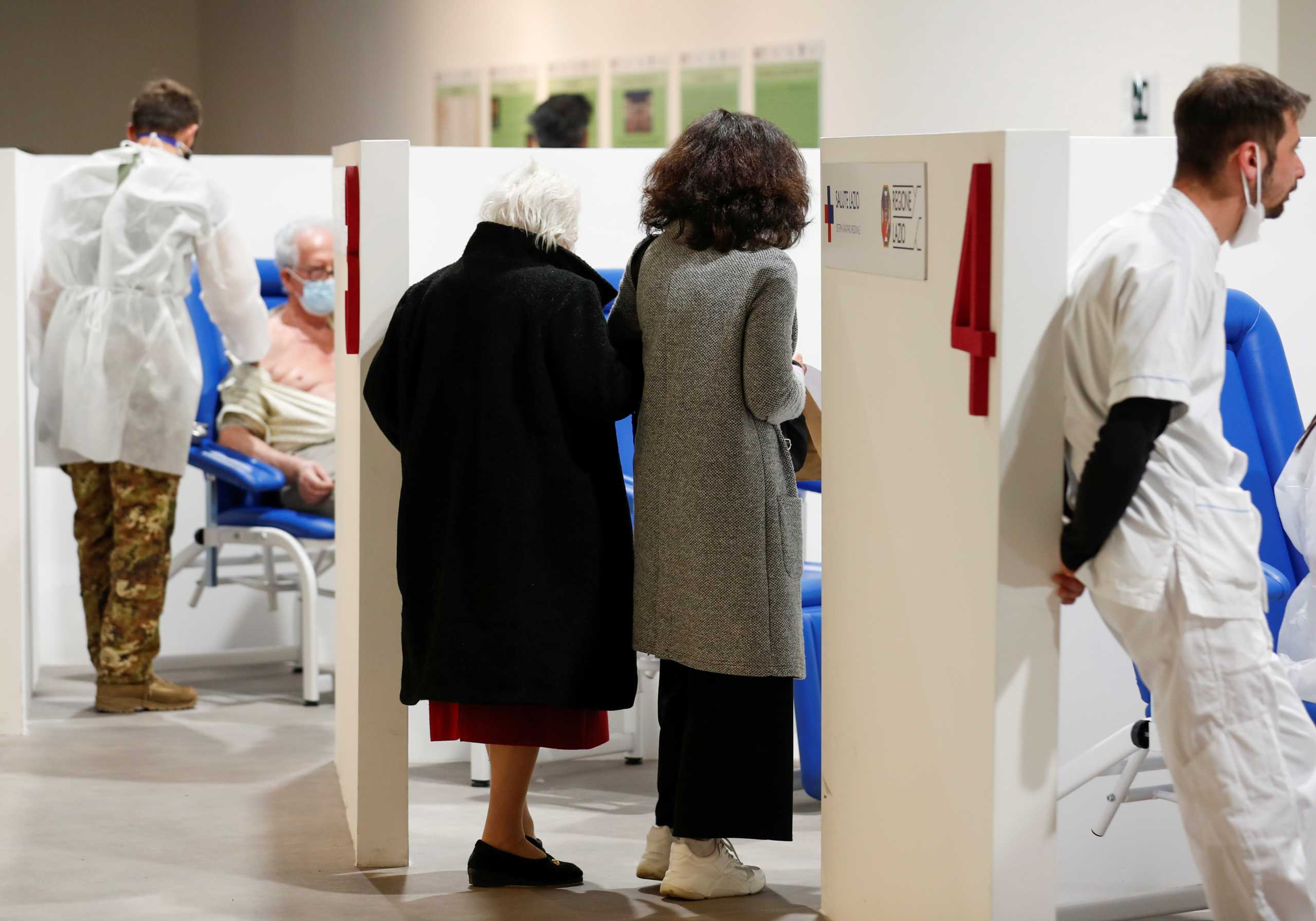 Κορονοϊός: Οι ηλικιωμένοι ανταποκρίνονται ασθενέστερα στο εμβόλιο