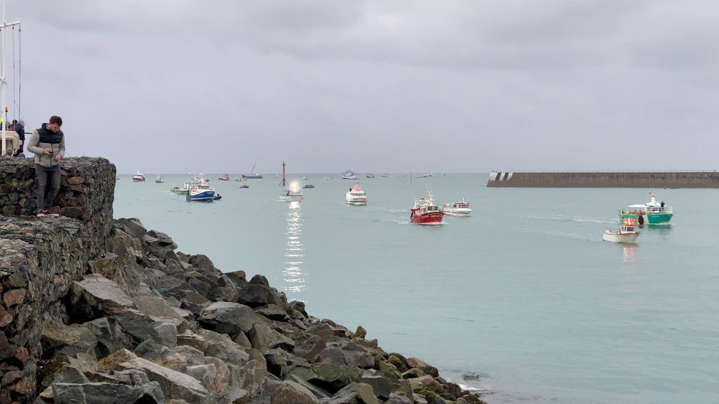 Μάγχη: Φεύγουν από το νησί Τζέρσεϊ τα δύο πλοία του βρετανικού Βασιλικού Ναυτικού