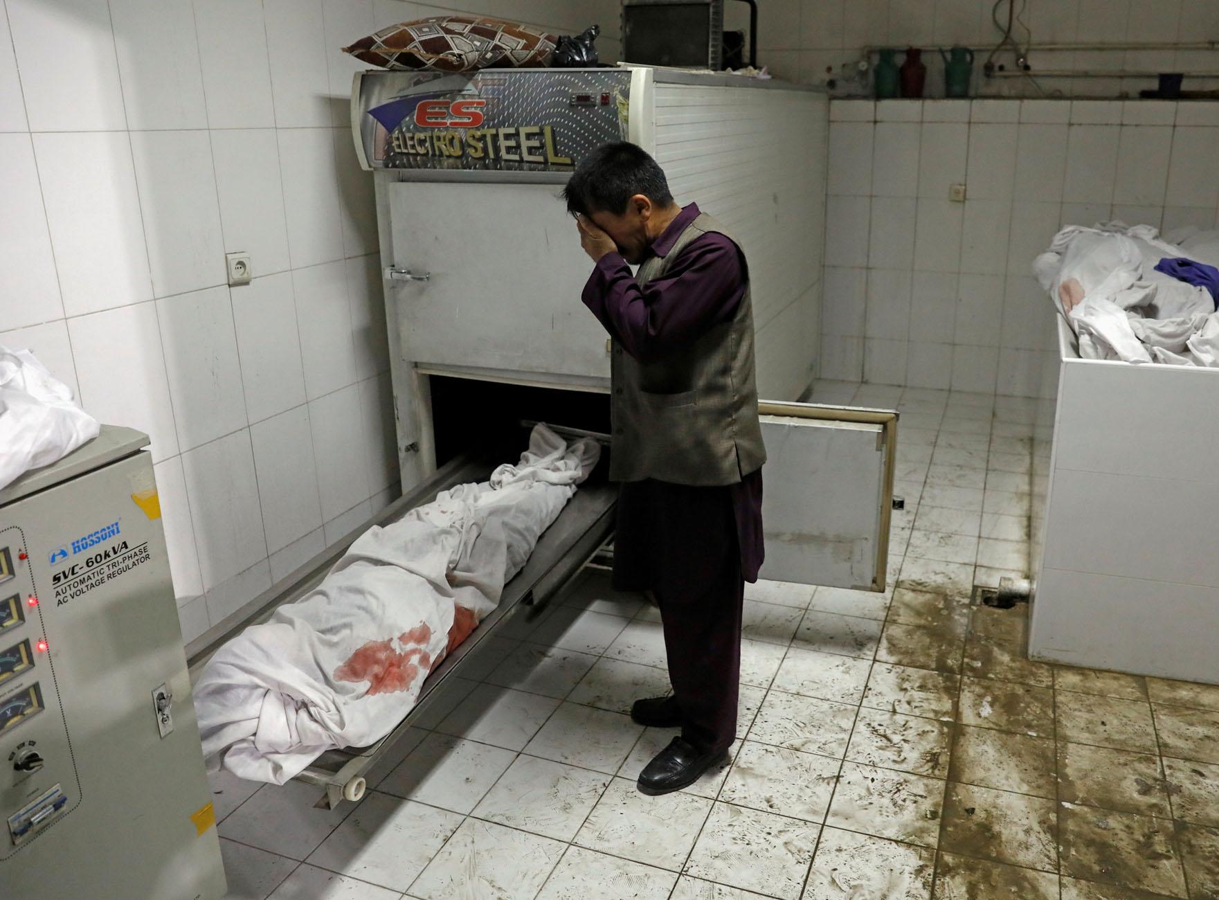 Σφαγή στη Καμπούλ: Δεκάδες μαθήτριες νεκρές μετά από βόμβα κοντά σε σχολείο θηλέων (pics)