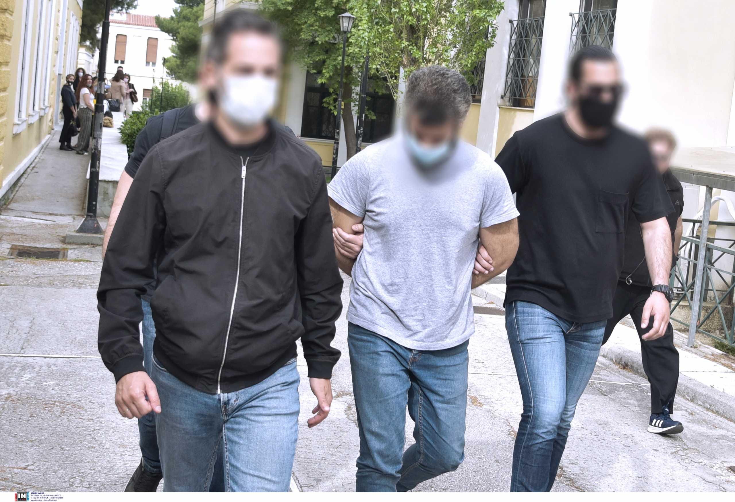 Προθεσμία να απολογηθεί πήρε ο δολοφόνος των Καλυβίων
