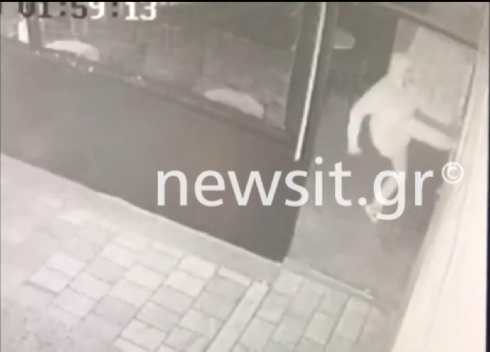 Video ντοκουμέντο: Διαρρήκτης «καρατέκα» μπούκαρε σε καταστήματα σπάζοντας τις τζαμαρίες με κλωτσιές