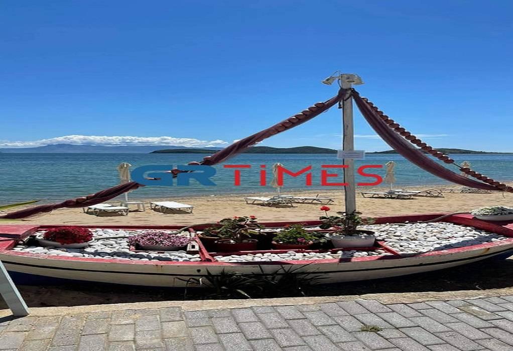 Καβάλα: Ανοιχτά αλλά χωρίς πελάτες τα διάσημα beach bar στους Αμμόλοφους (pics)