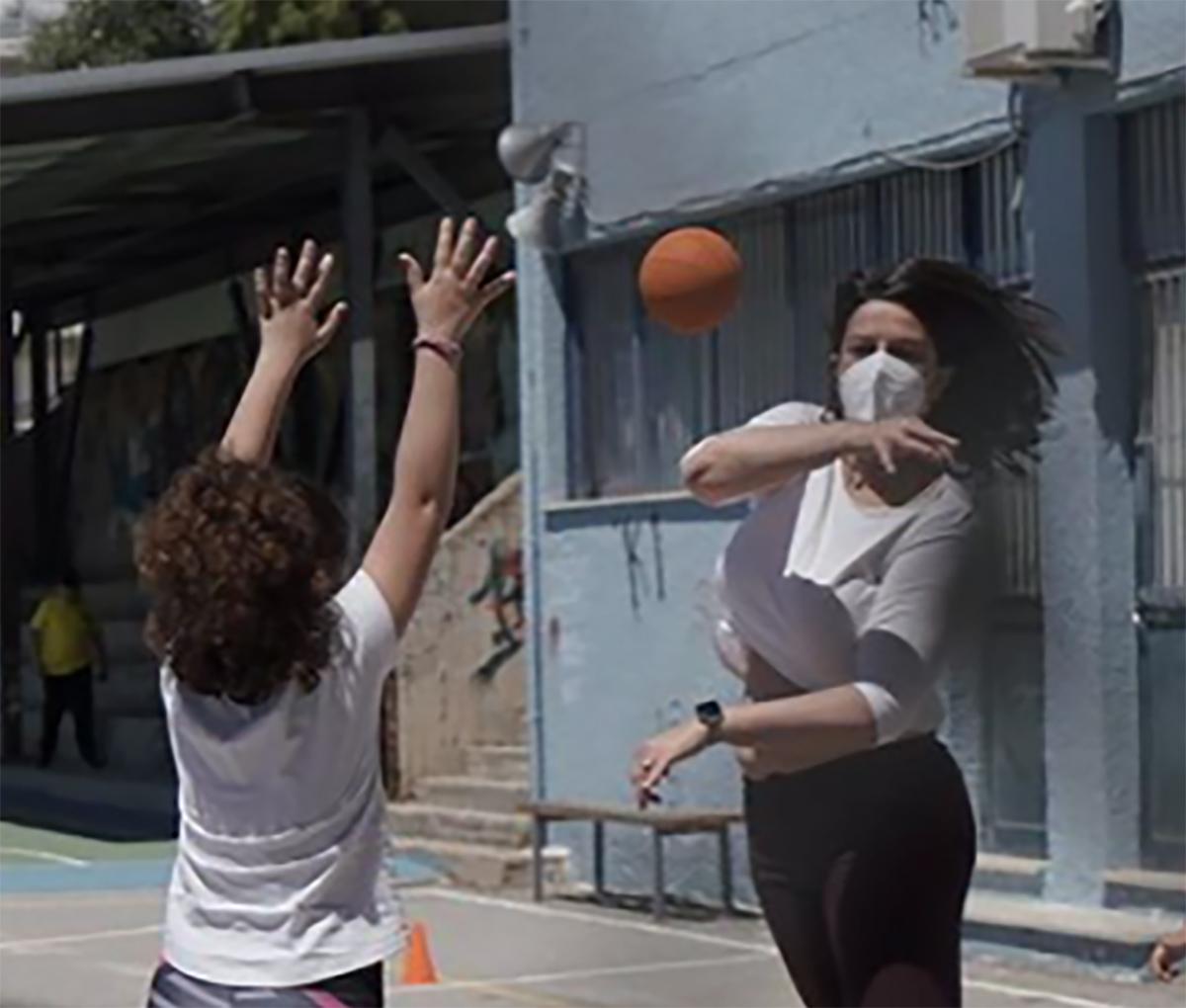Σχολεία: Η Νίκη Κεραμέως έπαιξε χάντμπολ με τους μικρούς μαθητές