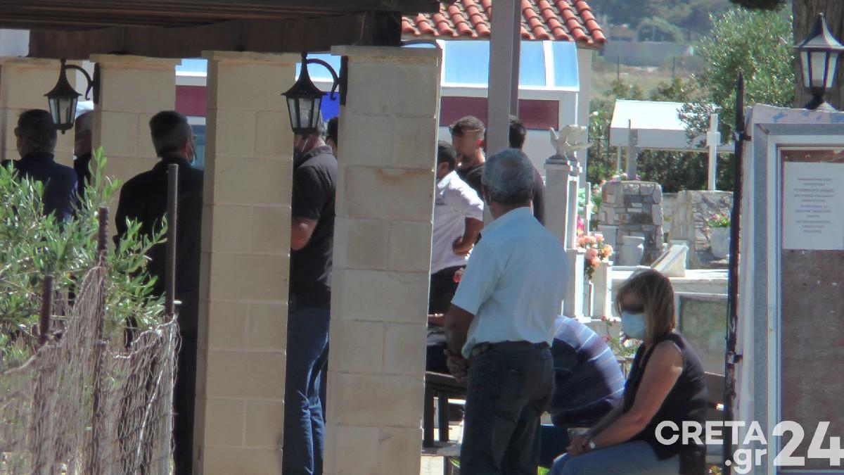 Κρήτη: Βουβός πόνος και αναπάντητα γιατί στο τελευταίο αντίο της 11χρονης (pics)