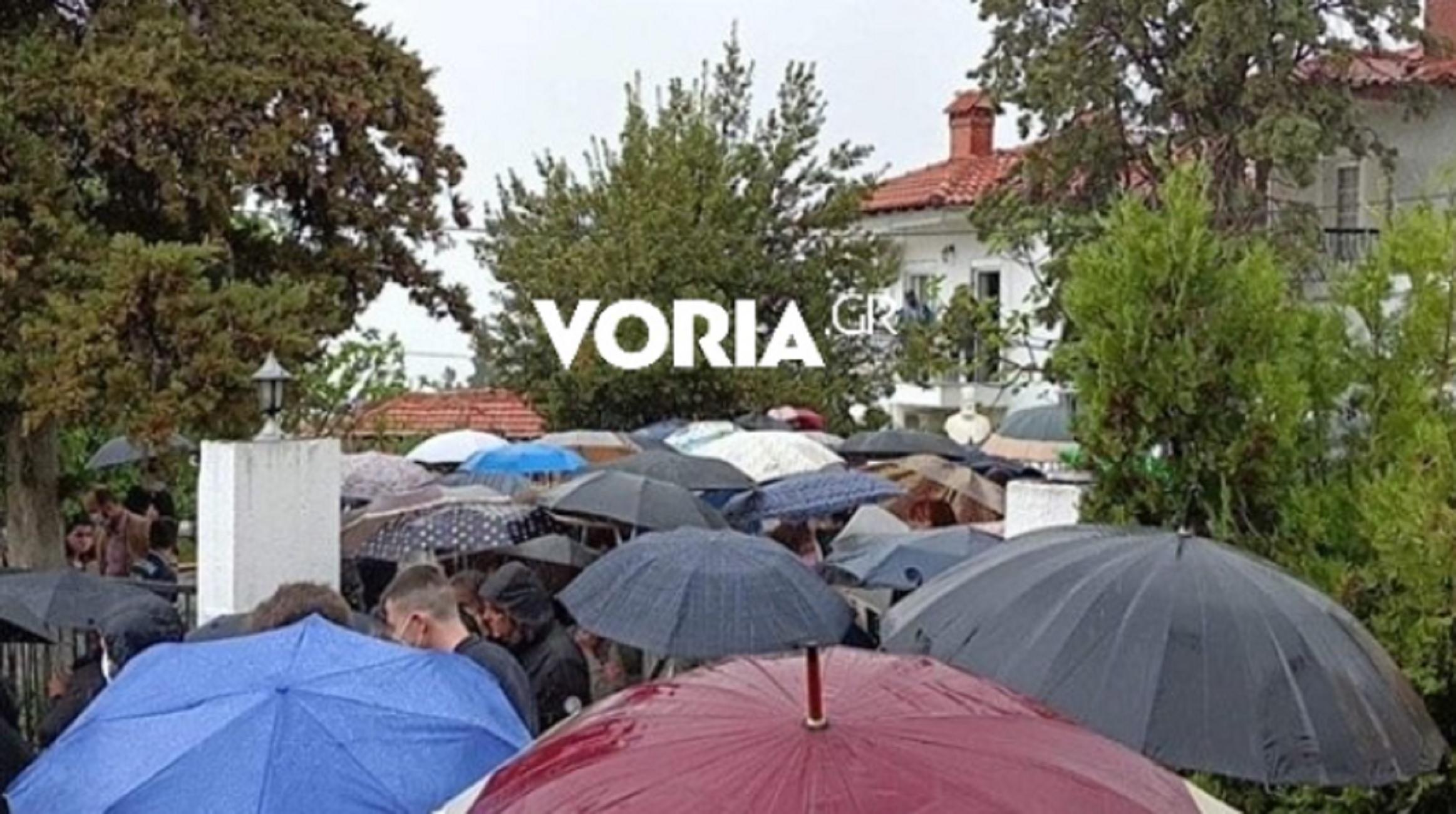 Θεσσαλονίκη: Κοσμοσυρροή σε κηδεία ιερέα που πέθανε από κορονοϊό – Ούτε η βροχή μείωσε την προσέλευση (video)