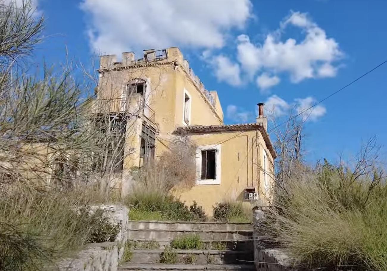 Ο άγνωστος κίτρινος πύργος της Αττικής και η ιστορία του