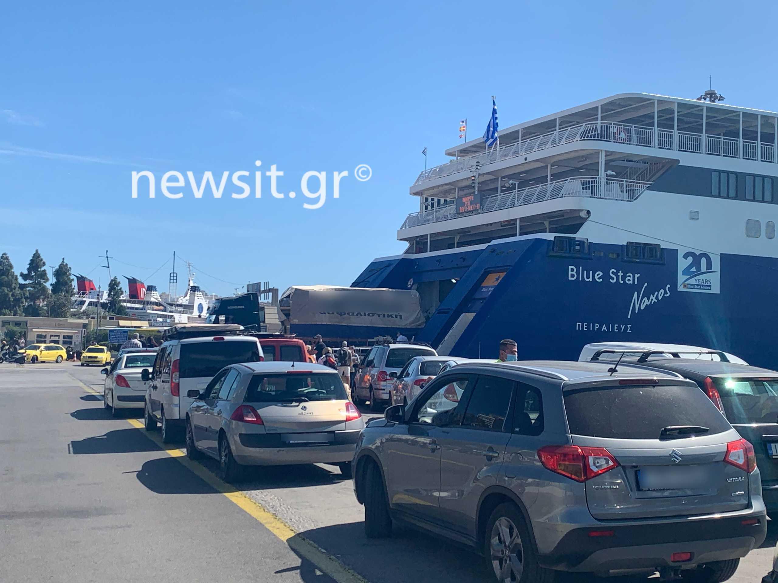Αλαλούμ στο λιμάνι του Πειραιά: Πολλοί ταξιδιώτες «ξέχασαν» το τεστ κορονοϊού – Έλεγχοι και τρελό μποτιλιάρισμα