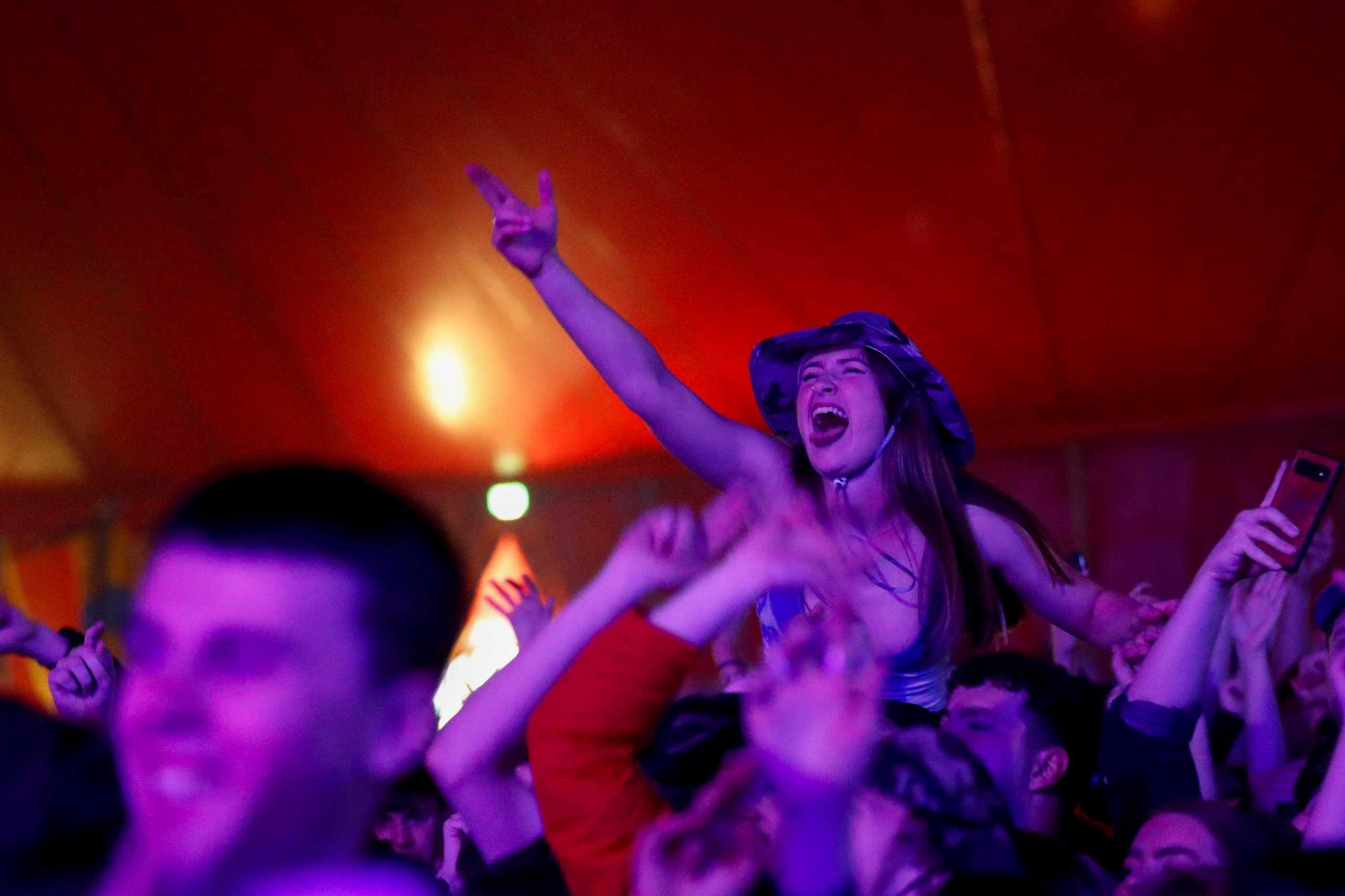 Κορονοϊός – Το «πείραμα» του Λίβερπουλ: Φεστιβάλ χωρίς μάσκες και 5.000 ανθρώπους (pics)