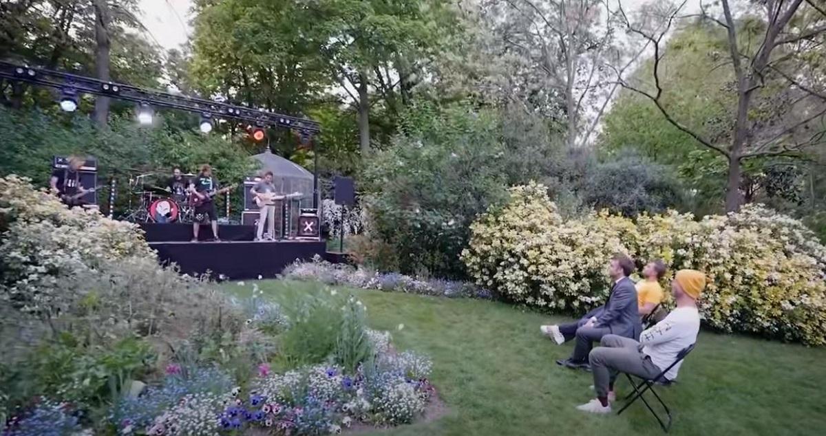 Ο Μακρόν έχασε στοίχημα και έστησε heavy metal συναυλία στο Ελιζέ (vids)