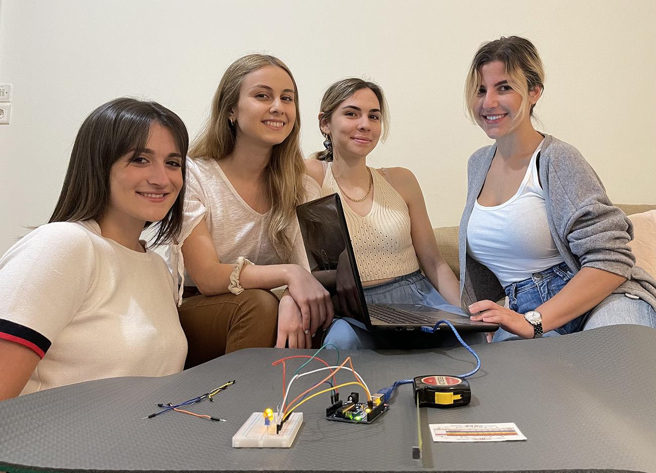 Τέσσερις ελληνίδες φοιτήτριες σχεδίασαν «μαγικό» χαλί γυμναστικής για το σαλόνι