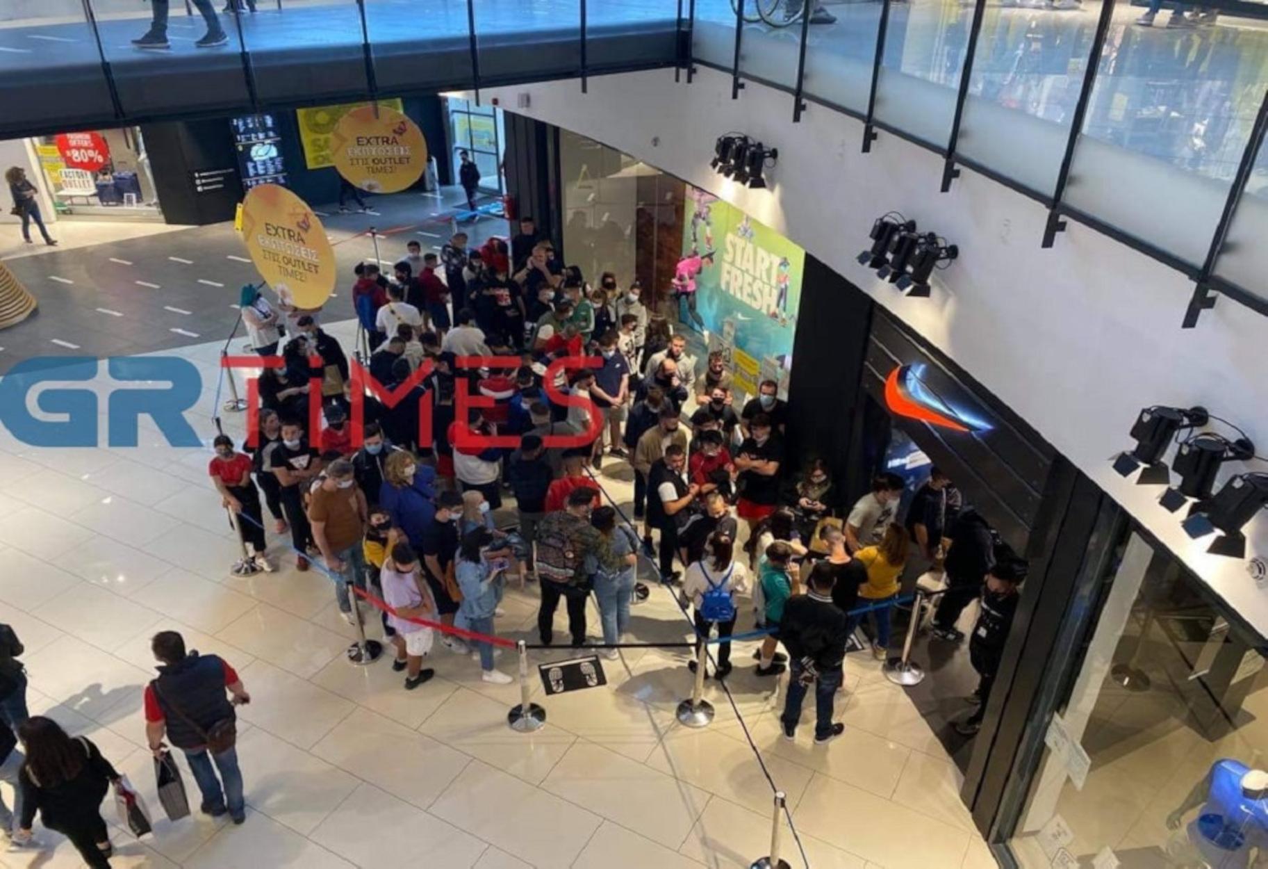 Θεσσαλονίκη: Σκηνές… Black Friday – Ο ένας πάνω στον άλλον έξω από κατάστημα στο mall (pics, video)