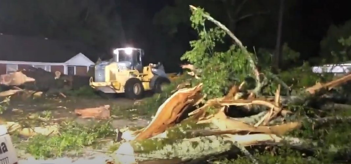 ΗΠΑ: Ανεμοστρόβιλος ισοπεδώνει το Μισισίπι – Καταστροφές στο δίκτυο ηλεκτροδότησης και κτίρια (vids)