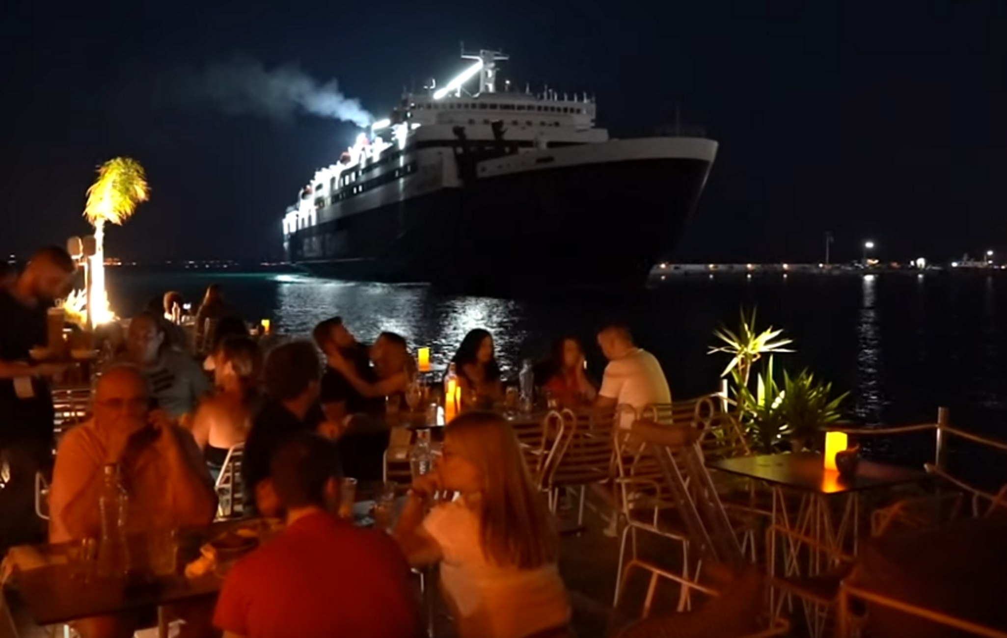 Χίος: Αυτό είναι το μοναδικό μπαρ της Ελλάδας που τα πλοία περνούν δίπλα από τους θαμώνες (video)