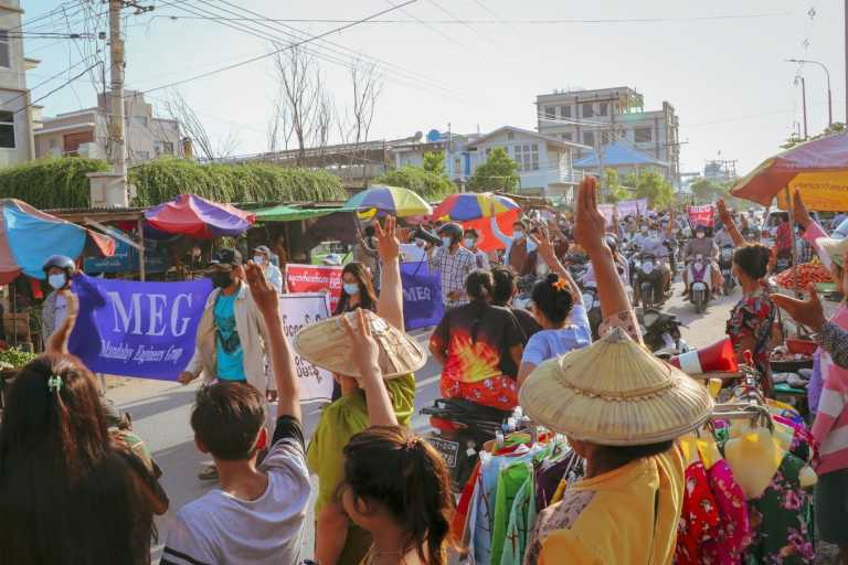 Μιανμάρ: Νέες διαδηλώσεις έξι μήνες μετά το στρατιωτικό πραξικόπημα