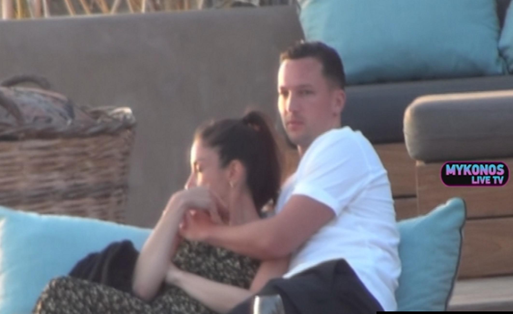 Μύκονος: Το ζευγάρι που μαγνήτισε τα βλέμματα όλων – Αγκαλιές και χάδια σε διάσημο μπαρ (video)