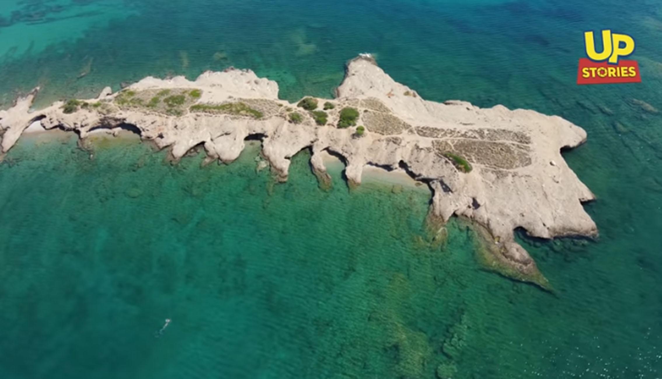 Αττική: Το νησάκι Ντούνη με τις δαντελένιες ακρογιαλιές που πας με τα πόδια (video)